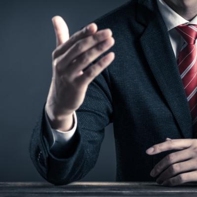 説明するビジネスマンの右手